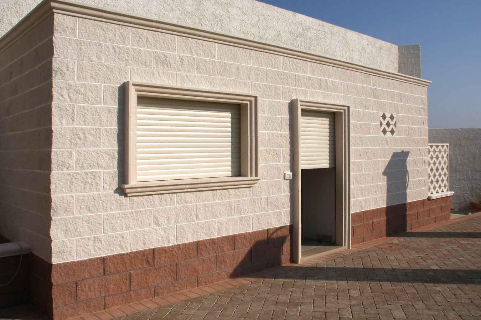 Cornici finestre esterne bz32 regardsdefemmes - Capottina parapioggia per porte e finestre ...